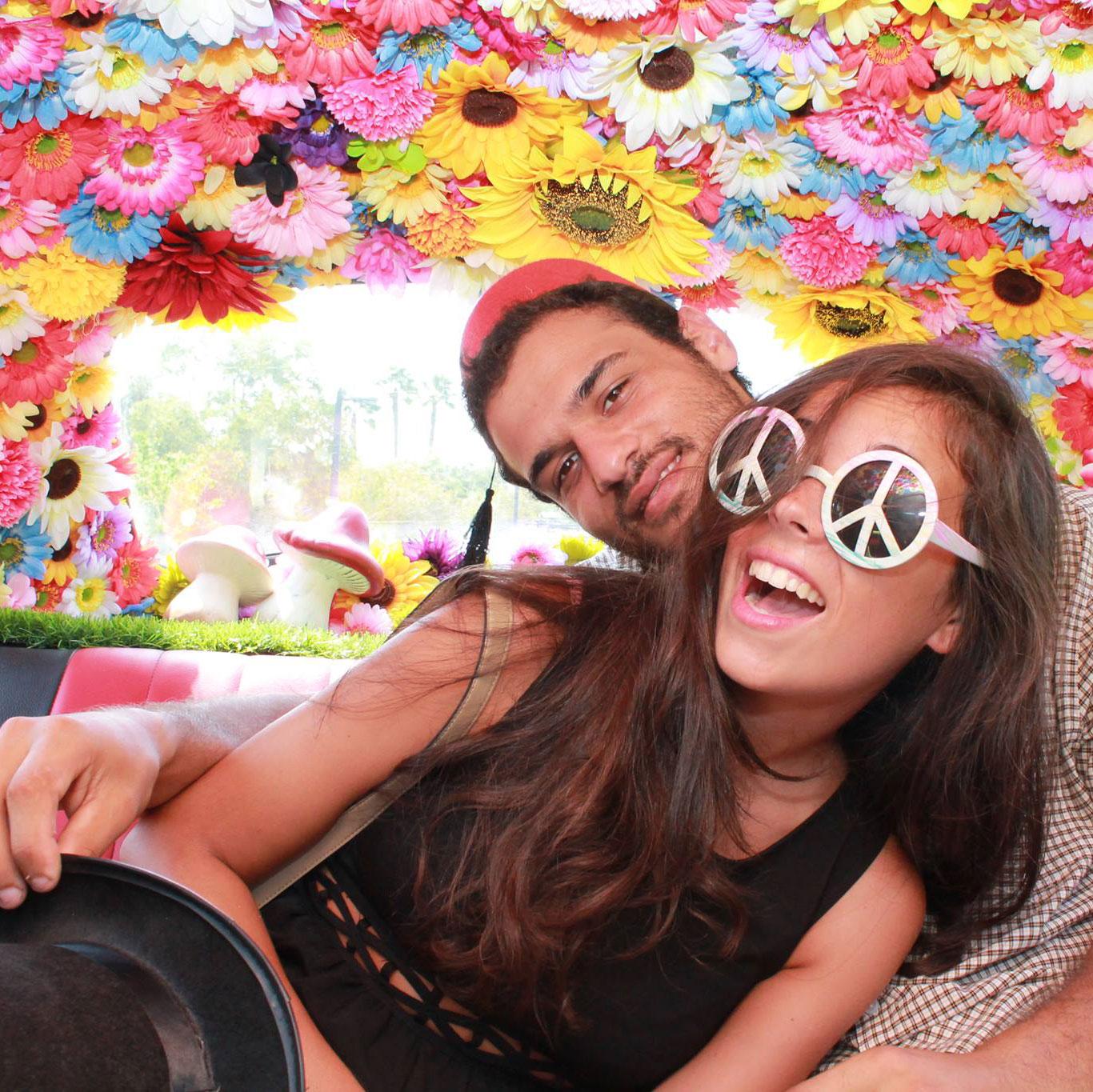 WedReviews - אטרקציות לחתונה, גימיקים לחתונה - Photomobil | פוטומוביל| תאי צילום ברכבי אספנות